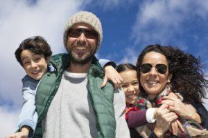 Familia feliz con el pelo al viento