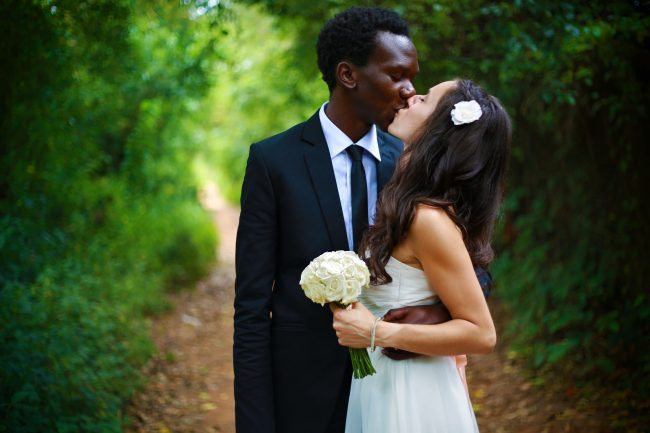 Unsplash photo couple kissing at wedding-1459674401115-4b4c2d137148